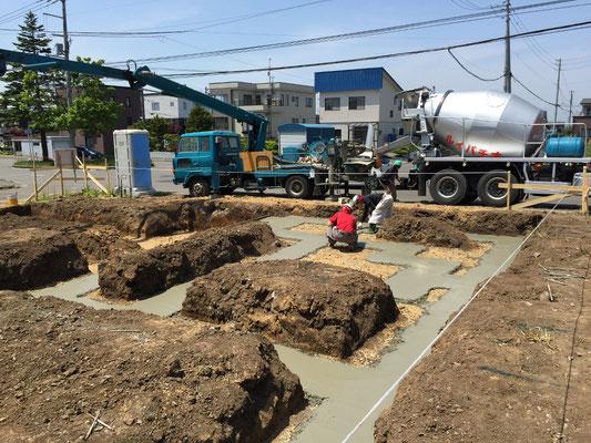 布基礎工事の前段階:砕石を入れて捨てコンクリートを流しました。この上に基礎が乗っかります。