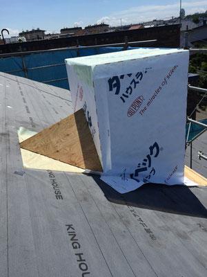 屋根上の煙突の造作中。800mm角くらいあります。結構な大きさです。