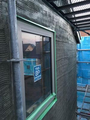 タイルを貼る前段階のモルタル下地。2工程のうちの1回目である、粗塗りの状態です。