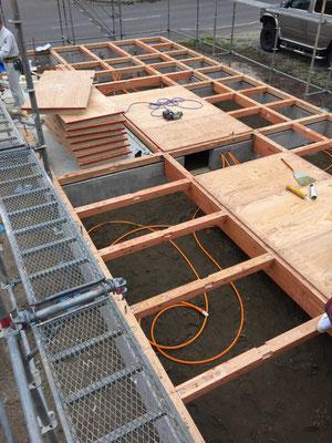 1階の床パネルの厚みは28mmです。ウレタン断熱材が一体になっています。