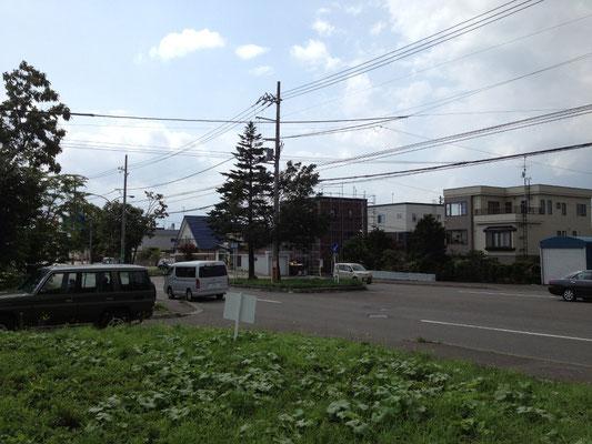 昨年の夏の終わり。現地確認にて。敷地は道路から70~80センチ高い。