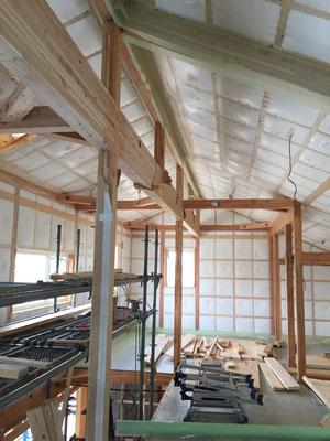 壁・天井の断熱材。吹き込み施工で隙間無く入れていきます。
