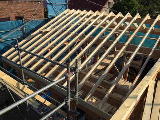 ガレージの屋根。屋根の下地:タルキはツーバイ材を使用しています。