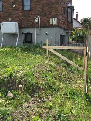 遣り方:掘削作業のための建物位置やレベルを示しています。
