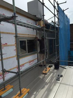 板金外壁の施工の様子。