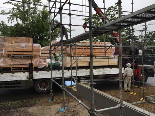 基礎工事が終了し、木工事開始です。主要構造材:道産カラマツ集成材が搬入されてきました。