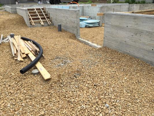 正面玄関前の様子。一旦は埋め戻し、外構工事は後日に行います。