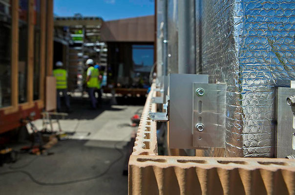 Fase de construcción: envolvente cerámica evaporativa sobre cámara de aire