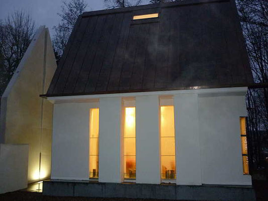 Fenster der Kapelle /  Beleuchtung im Advent
