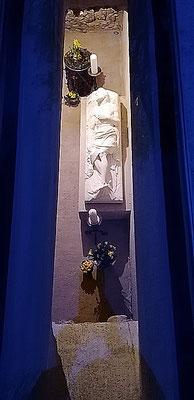 neben der Kapelle _ Station XV Grablege (von oben)
