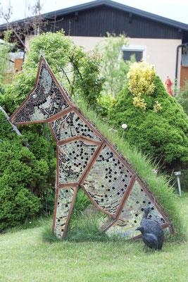 Glaskunst im Garten Skulptur Spiegelmosaik Hund Franz Heili