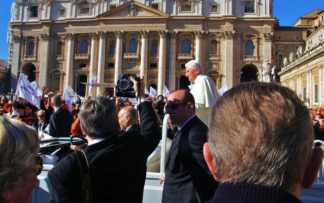 Papst Benedikt  der XVI. gesehen auf dem Petersplatz in Rom.