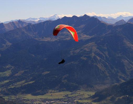 Er hat einen tollen Tag erwischt, über dem Zeller See, gestartet auf der Schmittenhöhe