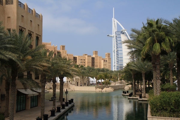 Ein Blick auf das Luxushotel Burj Al Arab in Dubai