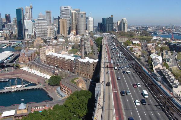 Der schöne Blick von der Habour Bridge, Oberlauf u. angeseilt, auf den Hafen mit Ausfallsteaße von Sydney