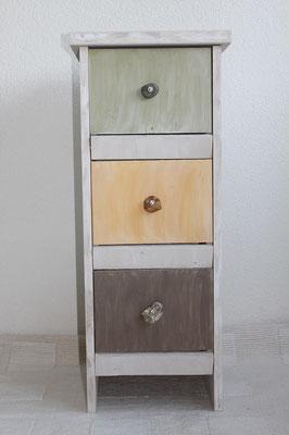 Massivholzkommode mit 3 verschieden farbenen Schubladen