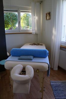 """Petite fenêtre sur le mur à droite dans la salle de thérapie """"Heilmassage"""""""