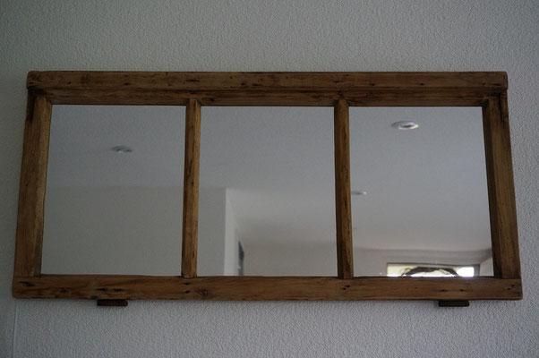 alter restaurierter Fichtenholz-Fensterflügel mit Licht