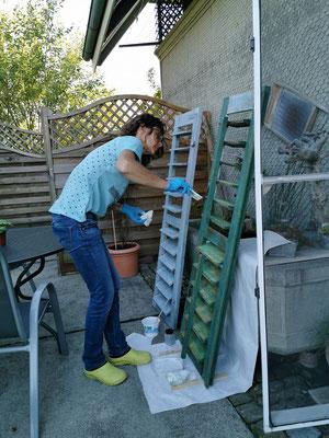 Evelyne Blum's ART Evelyne Blum am Fensterladen streichen