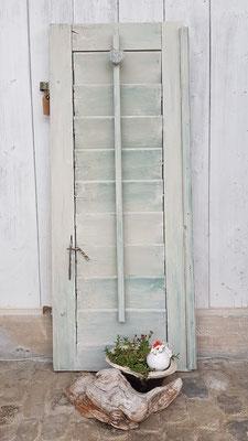 creme-farbener Fensterladen