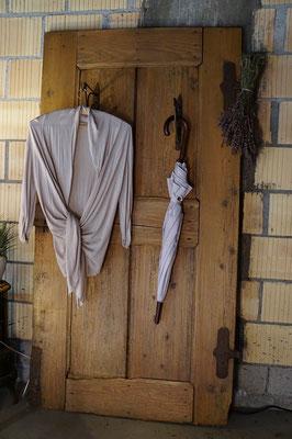 Upcycling  porte antique avec des patères antiques