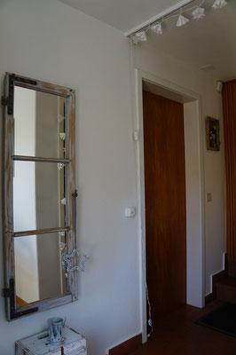 Spiegelfenster und Fenster mit Bienenfoto, Therapieraum Heilmassage