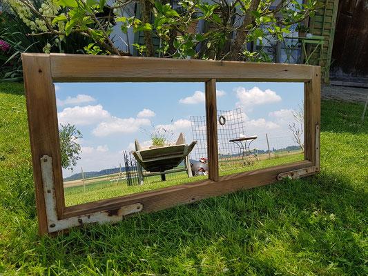 Spiegel im Fensterflügel mit wunderschönen Beschlägen
