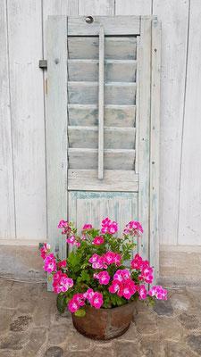 mintfarbener Fensterladen