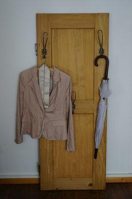 Garderobe aus antiker Schranktür