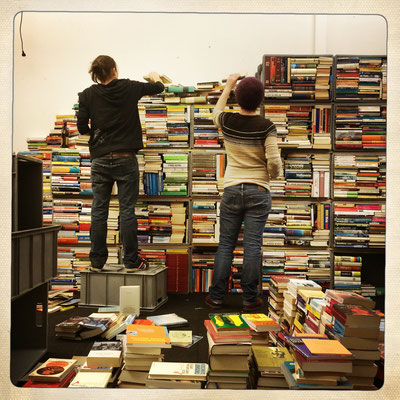 Aufbau Bücherwand (Mila Erni, Astrid Frey) Foto: Nadia Schweizer