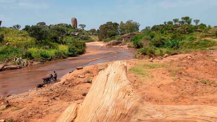 Paysage du Nord-Est de l'Ouganda. On lave les motos dans les rivières...