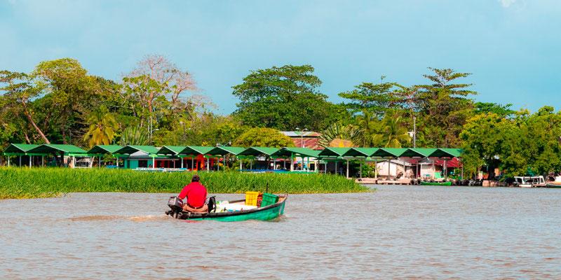 Arrivée en bateau au village de Tortuguero