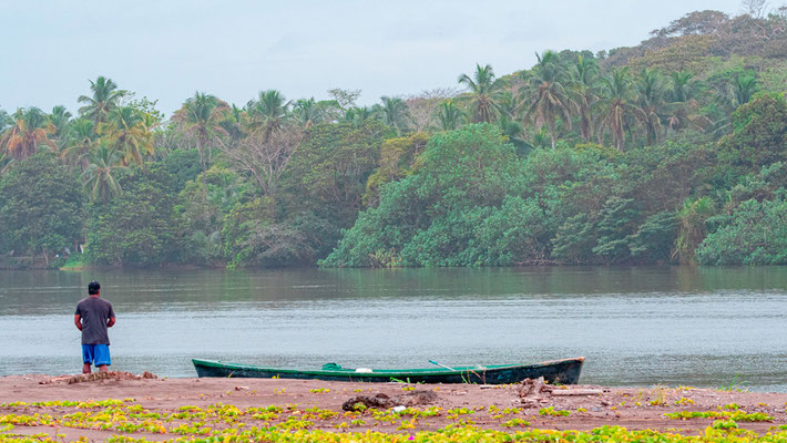 Pêcheur sur le canal de Tortuguero