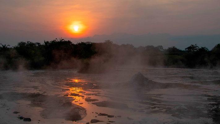 Coucher de soleil sur les sources d'eau chaude de Semuliki