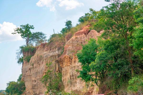 Vue sur les falaises en allant aux chutes du Nil Victoria.