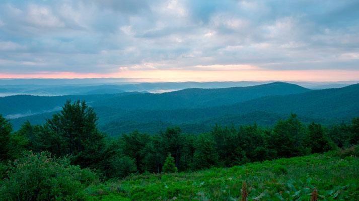 Vue sur les montagnes des Carpates au lever du Soleil