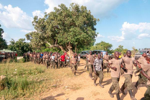 Entraînement militaire sous un soleil de plomb des gardes de Parcs Nationaux ougandais. Quelques femmes dans le lot...