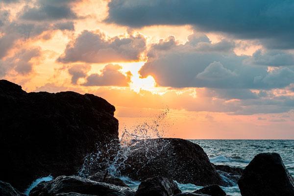 Coucher de soleil au bord de l'océan.