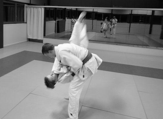 Judo - Impressionen aus dem Training - Uke wird kontrolliert geworfen