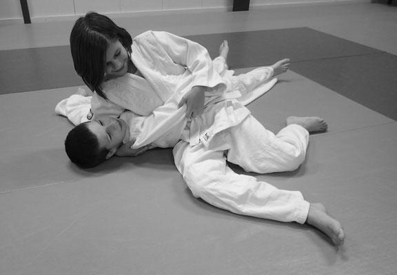Judo - Impressionen aus dem Training - Tori kontrolliert Uke mit Festhalter am Boden