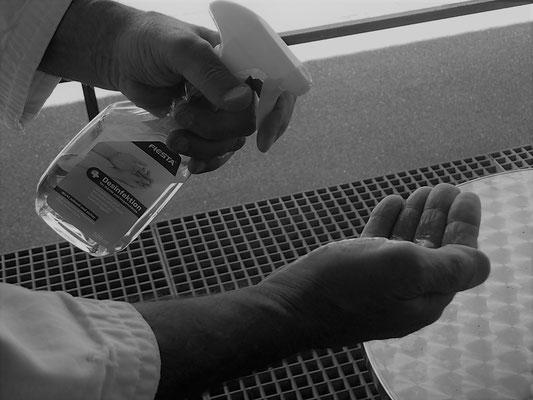Hände vor dem Trainingslokal desinfizieren