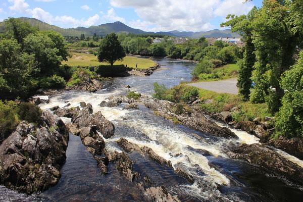 2013 Irland - Ring of Kerry, der River Sneem in der gleichnamigen Stadt