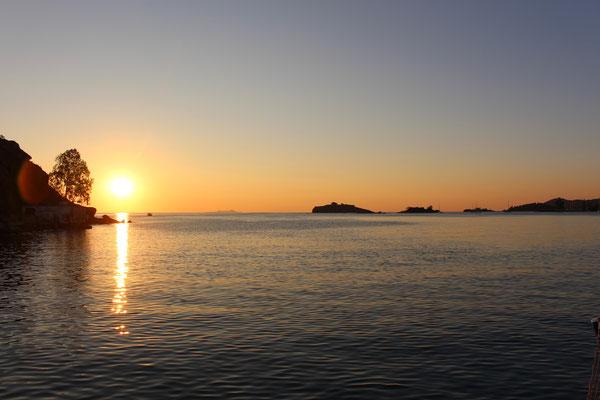 Sonnenaufgang auf dem Weg in die Kykladen