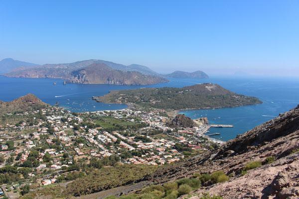 Vulcano mit Blick auf die Stadt und unsere Ankerbucht links des kleinen Hügels
