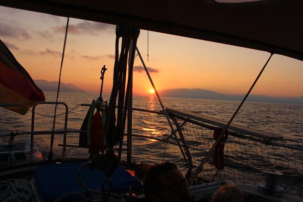 Abschied von den Kykladen - Segeln in den Sonnenuntergang