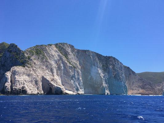 Westküste von Zakynthos mit trükisem Wasser und der wunderschönen Spiegelung an den Felswänden