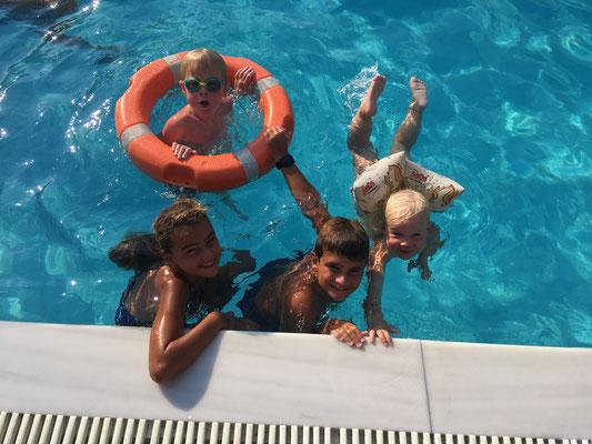 Poolvergnügen mit Zoe und Filipe
