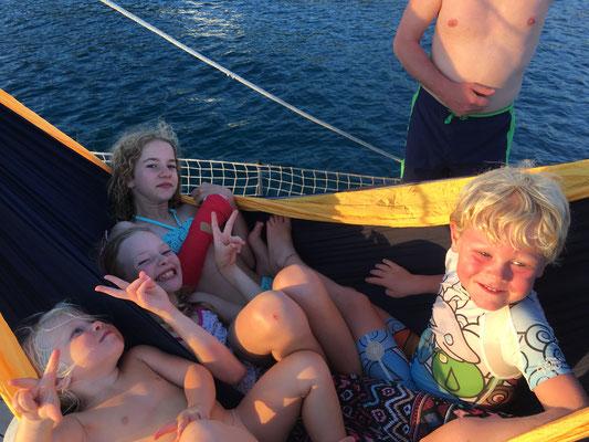 Relaxen in der Hängematte auf dem Vorschiff - gut dass wir die XXL genommen haben