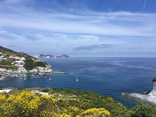 Blick in die Ankerbucht mit unserer ALIAS in dien Cala Feola auf der Insel Ponza