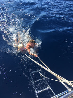 An der Leine hinter dem Boot